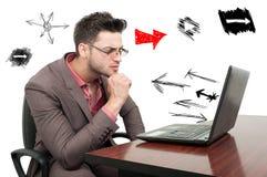 设法沉思年轻的雇员解决业务问题 库存图片