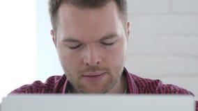设法疲乏的年轻人放松在工作 股票视频