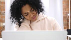 设法疲乏的美国黑人的妇女放松,当研究膝上型计算机时 股票视频
