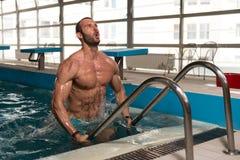 设法的人离开游泳池 免版税库存图片