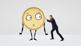 设法的商人推挤与胳膊、腿和一张面孔的一枚金黄硬币在白色背景 免版税图库摄影