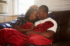 设法的夫妇在家保留温暖的下面毯子 库存图片