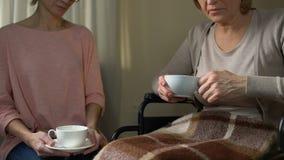 设法的女儿说服妈妈去老人院,在茶的开会 股票视频