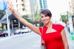 设法的女实业家乘坐出租汽车 免版税库存图片