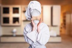 设法的妇女接触她无形的面孔 免版税图库摄影