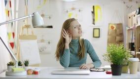 设法的年轻女人听见某事 股票视频