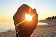 设法的手捉住太阳 免版税图库摄影