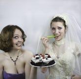设法的新娘节食由女傧相诱惑 库存图片