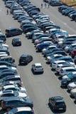 设法的汽车停放在一个室外充分的停车场在夏天,法国 免版税库存图片