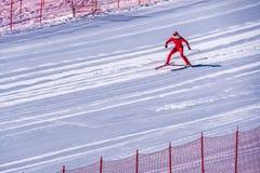 设法的滑雪者减速在陡坡的底部在速度挑战和FIS速度滑雪世界杯种族在太阳峰顶 免版税库存照片