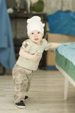 设法的男婴站起来 库存照片
