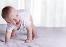 设法的膝盖的滑稽的男婴走 在所有fours的令人敬畏的婴儿孩子 微笑的小孩和他的第一步 免版税库存图片