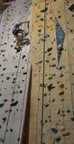 设法的登山人到达上面 免版税库存照片