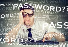 设法绝望的人采伐入他的计算机忘记了密码 图库摄影