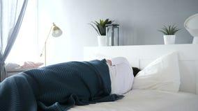 设法被干扰的人睡觉在床,不安定性上 股票录像