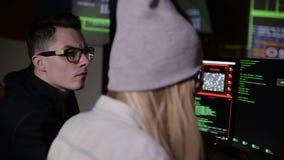 设法年轻人和妇女的黑客对计算机系统能够存取 股票视频