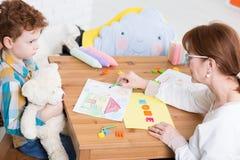 设法建立信任在一个自我中心孩子 库存图片