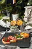 设置与鱼、绿色和肉的bruschetta 免版税图库摄影