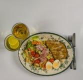 设置与鸡,烟肉,西红柿,鸡蛋,卷心莴苣a 免版税库存照片