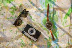 设置为旅客,顶视图 照相机、飞机和指南针在地图 免版税库存照片