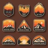 设置九个山旅行象征 野营的室外冒险象征、徽章和商标补丁 山旅游业 向量例证
