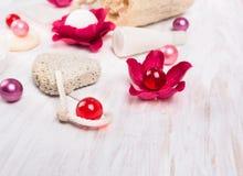 浴设置了与桃红色油球,顶视图 库存照片