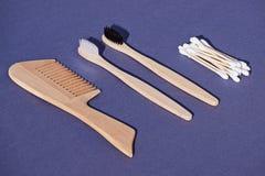 设置从竹子的木发刷、牙刷和棉花芽 库存照片