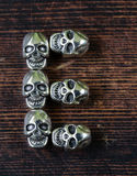 设置信件字母表从金属头骨的-万圣夜 库存照片