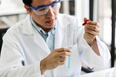 设置化工管发展和药房在实验室、生化和研究技术概念 免版税库存照片