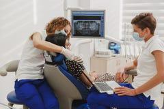设置和确定下颌的叮咬和位置在有一件神经肌肉的刺激品的一个设备帮助下 在de的Myo显示器 库存图片