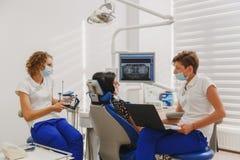 设置和确定下颌的叮咬和位置在有一件神经肌肉的刺激品的一个设备帮助下 在de的Myo显示器 免版税库存图片