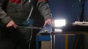 设置在一个特别机器的工作者金属空白 股票视频