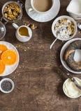 设置在与拷贝空间边界的木桌的早餐 酸奶,南瓜格兰诺拉麦片,百吉卷,黄油 顶视图 免版税图库摄影