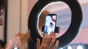 设置在圆环光的人电话在构成过程的一个纪录的 股票视频