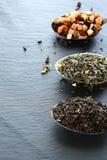 设置在大汤匙的茶 免版税库存照片