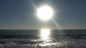 设置在太平洋的日落在有风晚上 股票录像
