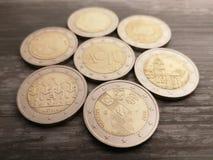 设置在木背景的立陶宛2欧元硬币 免版税库存图片