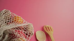 设置在桃红色背景,友好的eco的塑料自由厨房用具 股票视频