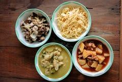 设置在泰国样式的菜单用泰国鸡绿色咖喱, massaman,混乱油煎的姜,混乱油煎的泰国芦笋 库存图片