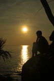 设置在石头的妇女在Similan海岛 免版税库存照片