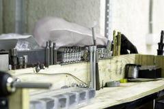 设置在立场的工具在服务站 库存照片