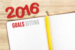 设置在笔记本的2016个目标词在木桌,模板m放置 库存图片