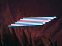 设置在紫罗兰色背景的色的铅笔 库存照片