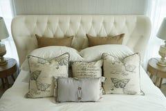 设置在英国乡村模式的卧具的白色枕头 图库摄影