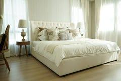 设置在英国乡村模式的卧具的白色枕头 免版税库存照片
