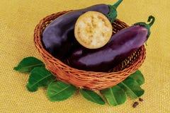 设置在被编织的木篮子发光的果子淡紫色皮肤的茄子可口开胃菜 免版税库存图片