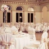 设置在豪华婚礼大厅的桌的图象 免版税库存照片