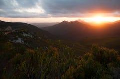 设置在鲁宾逊通行证的山脉的太阳 库存图片