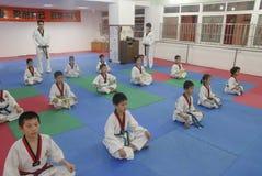 设置姿势训练跆拳道训练大厅 图库摄影