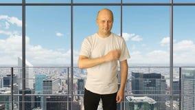 设置姿态旅游业广告 白人对日历星挑选接触赞许价格估计的手势 办公室大窗口 股票录像